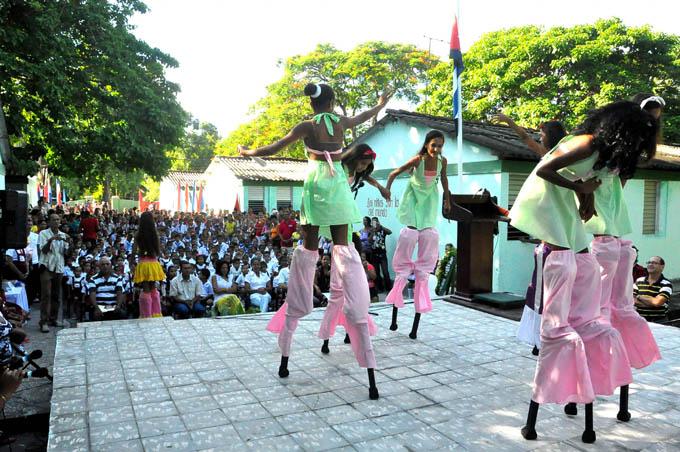 Actuación del proyecto artístico Avispas, cuyas pequeñas integrantes cantan y bailan en zancos, deleitaron a los presentes con su actuaciónFOTO/Rafael Martínez