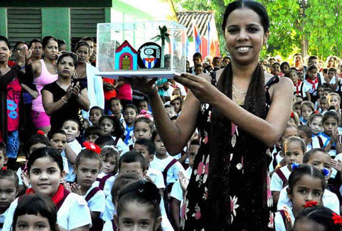 Yamilka Zamora Fernández, directora de la escuelaRafael Gómez Silvera, muestra el reconocimiento conferido por los CDRTFOTO/Rafael Martínez Arias