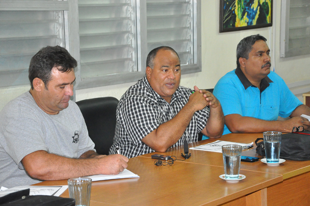 De izquierda a derecha, Carlos Ávila Amador, vicerrector primeros de la UdG, Federico Hernández y Samuel Calzada, presidente del Gobierno en el municipio de BayamoFOTO/Rafael Martínez Arias
