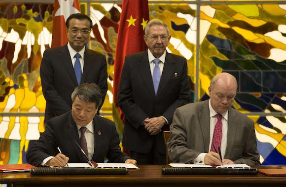 Raúl sostiene conversaciones oficiales con el Primer Ministro de China (+ fotos)