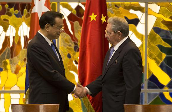 Li Keqiang y Raúl Castro
