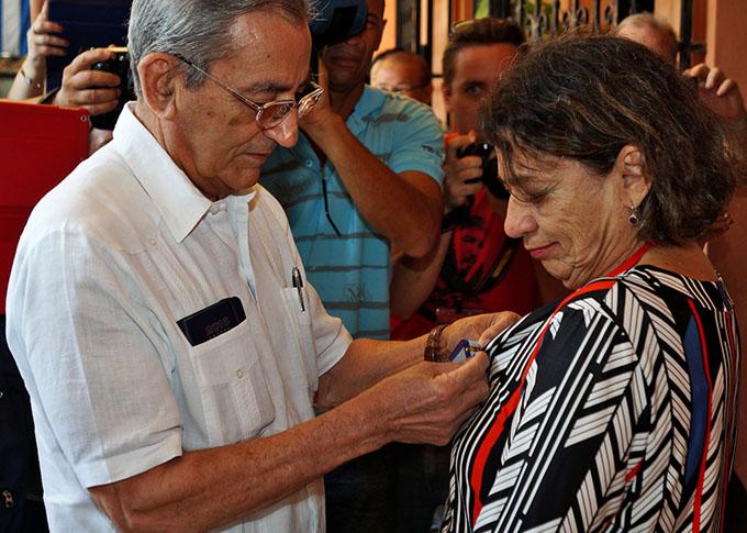 Recibe Medalla de la Amistad destacada pacifista brasileña