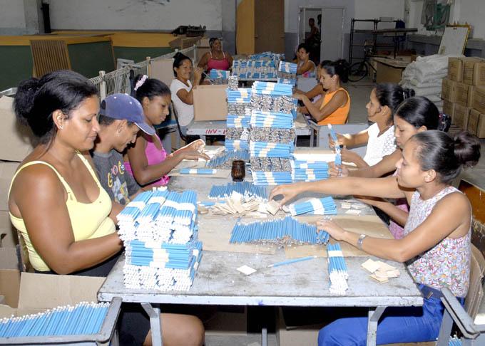 Garantizan en Manzanillo medios de enseñanza para escuelas cubanas