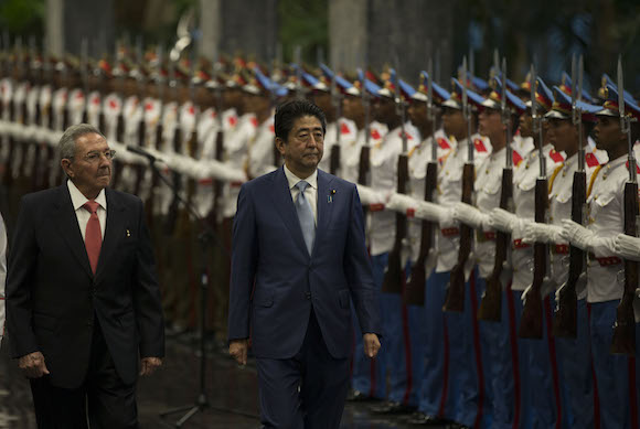 Raúl Castro recibe al  Primer Ministro de Japón