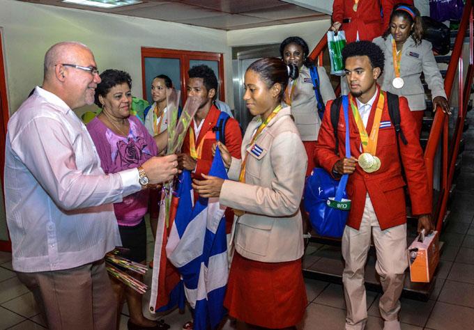 Felices con sus medallas regresan a Cuba atletas paralímpicos (+ fotos y videos)