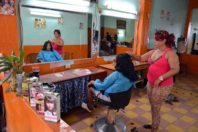 CUBA-GRANMA PRESTAN SERVICIOS TRABAJADORES POR CUENTA PROPIA DE LOS OFICIOS DEL BARRIO