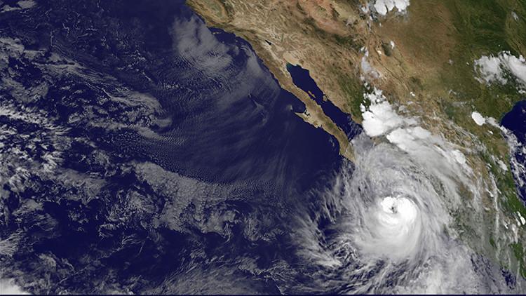 El huracán Newton toca tierra en México y amenaza a varios estados