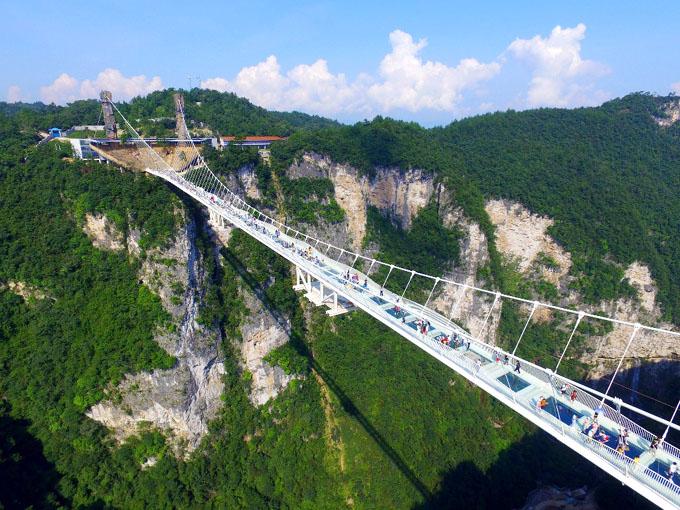 Reabre en China puente de vidrio más alto del mundo, ahora más seguro