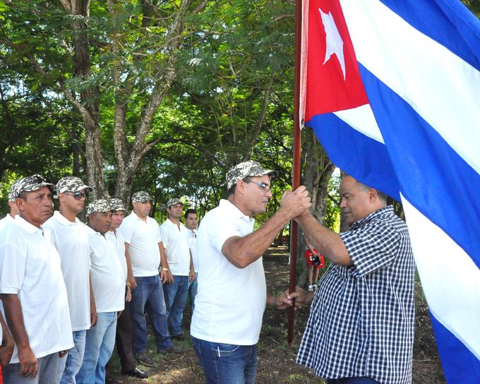 Federico Hernández entrega la Bandera Nacional al jefe del destacamento de constructores de GranmaFOTO/Rafael Martínez