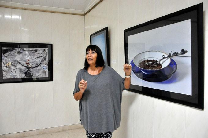 Alicia Leal durante su expo Mambrú se fue a la guerra, inaugura en la XXII Fiesta de la Cubanía en Bayamo FOTO/ Rafael Martínez Arias