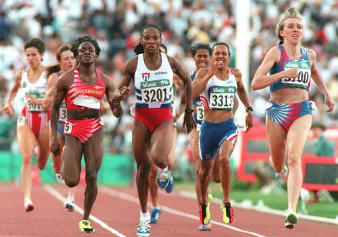 De izquierda a derecha Mutola (bronce), Quirot (plata), la británica Keli Holmes (cuarto lugar) y la rusa Masterkova (oro) en la final olímpica de Atlanta