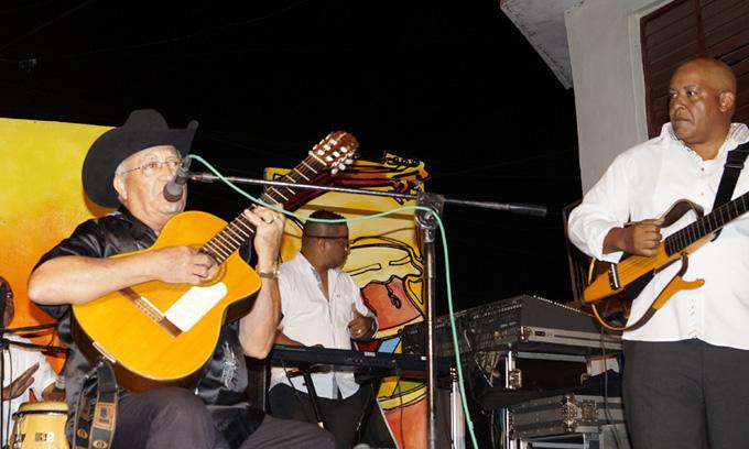 Eliades  Ochoa dialoga   musicalmente con el público bayamés (+ video)