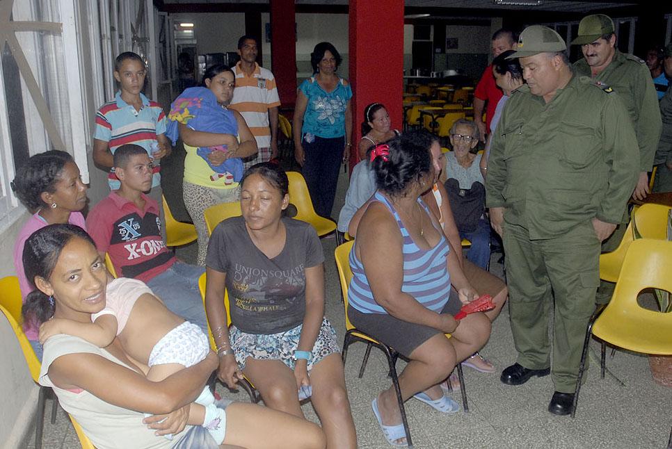 Recorren integrantes del Consejo Provincial de Defensa en Granmainstalaciones con evacuados