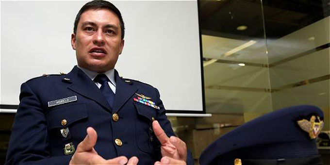 Consideran héroe a piloto que salvó vida a 60 militares colombianos