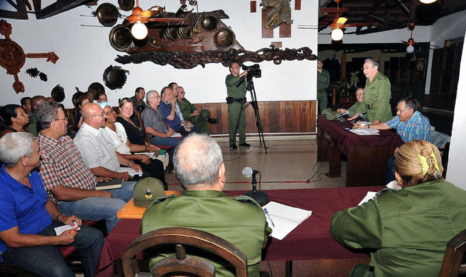 Precisa Raúl acciones en Baracoa tras el paso del huracán Matthew