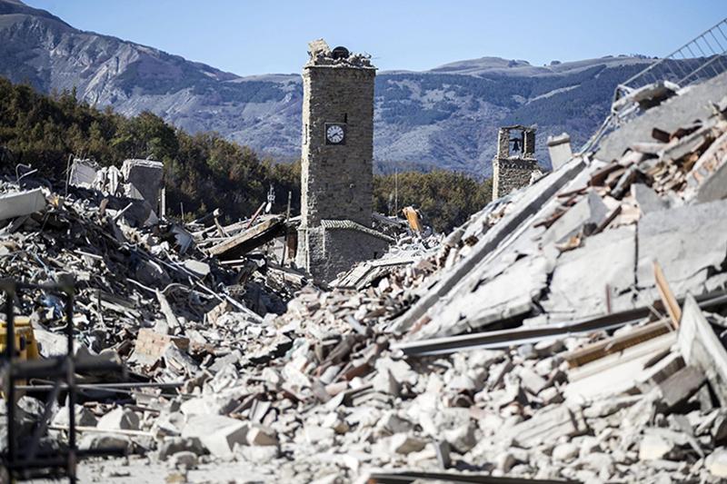 Los bomberos declaran el centro Norcia zona cero del terremoto en Italia