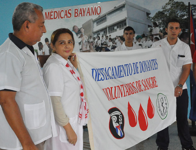 Abanderan destacamento juvenil de donantes de sangre