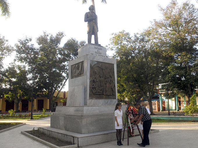 Samuel Calzada Deyundé, presidente de la Asamblea municipal del Poder Popular, rinde tributo al Padre de la Patria/ FOTO Luis Carlos Palacios