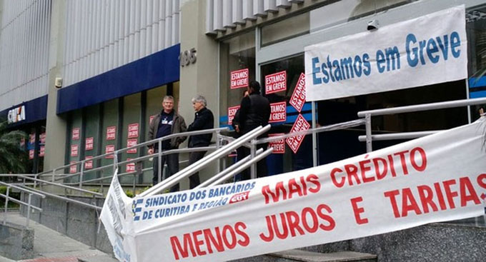 Trabajadores bancarios de Brasil completan un mes en huelga