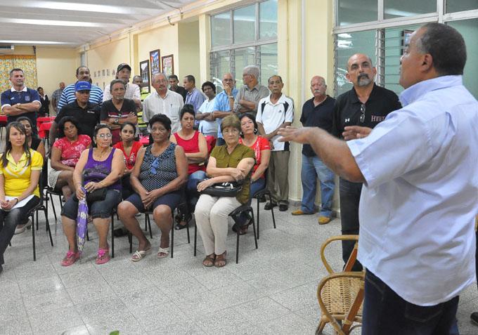 Federico Hernández Hernández dialoga con los protagonistas del festejo/Foto Rafael Martínez Arias