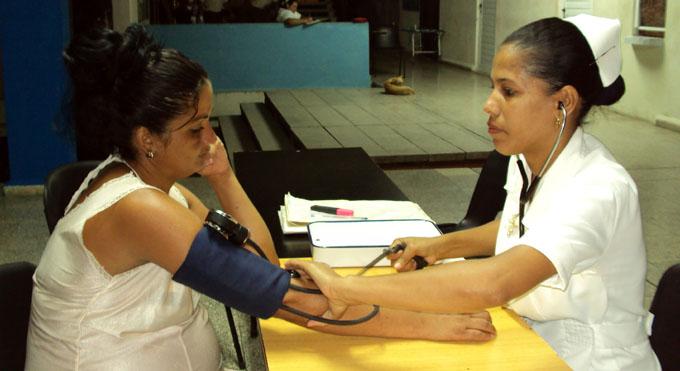 Yanet Vega Figueredo, evacuada en la Filial universitaria, recibe atención médica