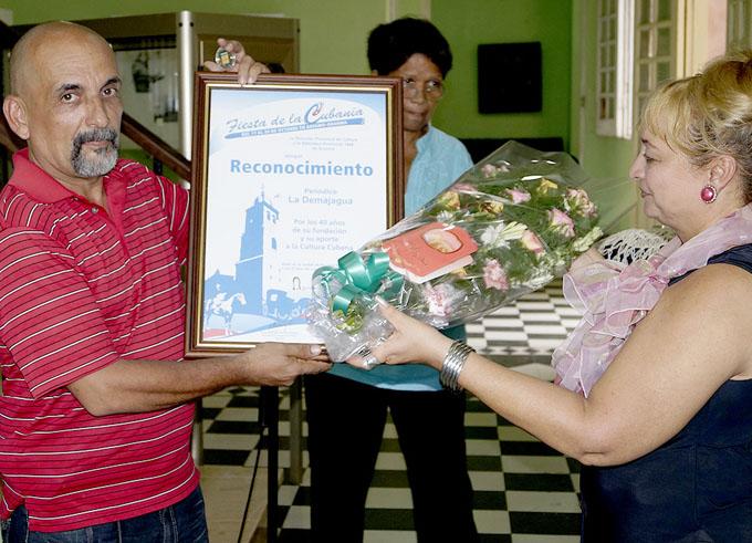 Eugenio Pérez Almarales, director del periódico La Demajagua, recibe el reconocimiento/Foto Luis Carlos Palacios