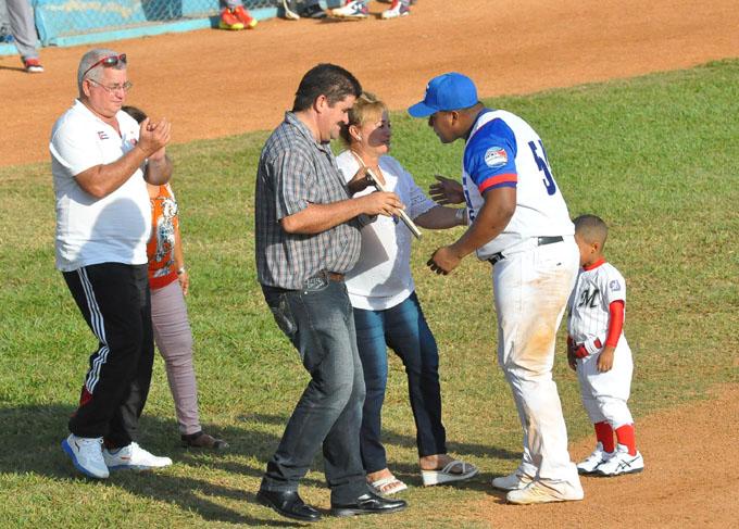 Despaigne fue agasajado por las autoridades de la provincia y la afición que asistió al Mártires de Barbados
