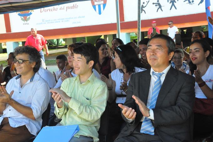 El diplomático japonés aplude las interpretaciones  realizadas por niños y adultos con discapacidades FOTO/ Rafael Martínez Arias