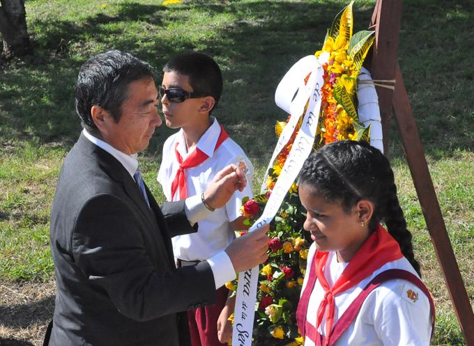 El representante de Japón en Cuba coloca una ofrenda floral dedicada a José Martí FOTO/Rafael Martínez Arias