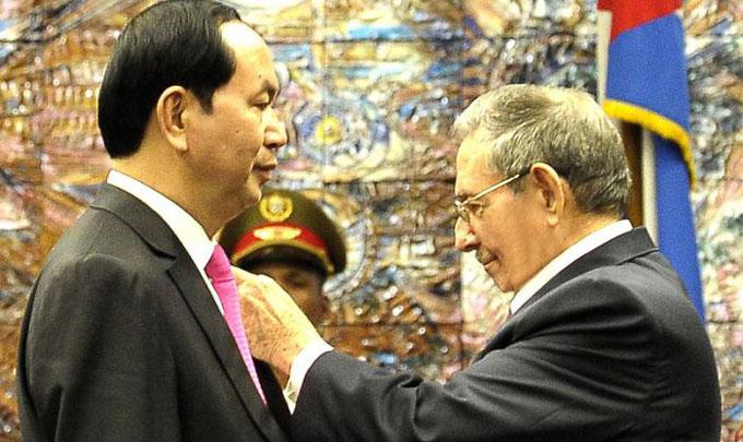 Condecora Raúl a mandatario vietnamita con Orden José Martí