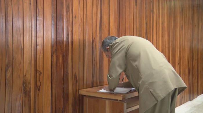 Raúl e integrantes del Buró Político rinden honores a Fidel en la Sala Granma del MINFAR (+ video)