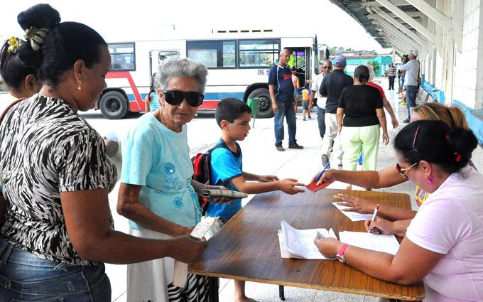 Pobladores registrándose para la evacuación FOTO/Rafael Martínez Arias
