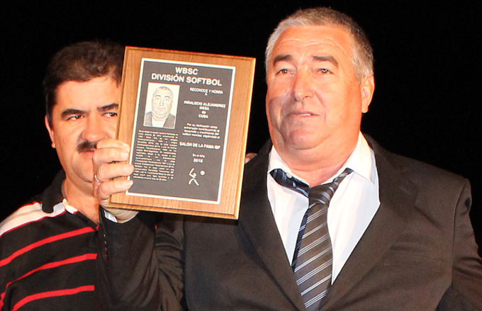 Acreditan a Indalecio Alejandrez como miembro del salón de la fama de softbol internacional