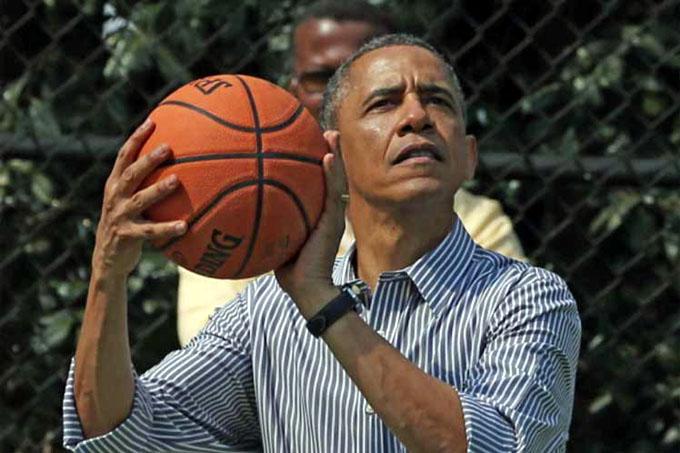 Obama cumple su ritual electoral: jugar baloncesto