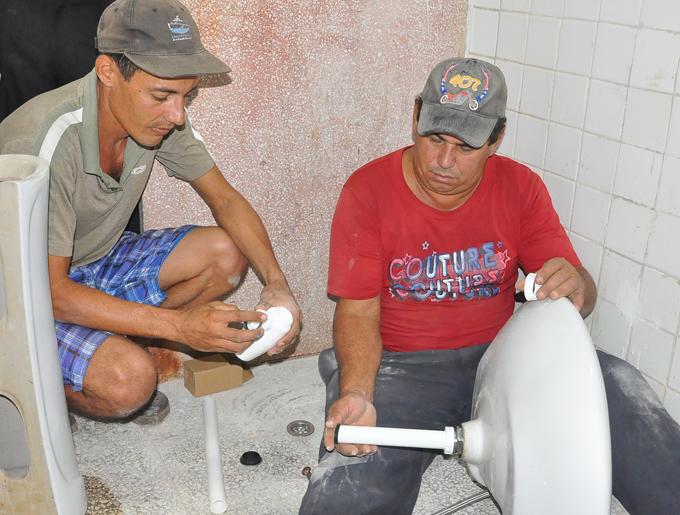 Alejandro Cardero y José Trujillo, custodios del Monumento Nacional Las Coloradas, se suman a las tareas constructivasFOTO/Rafael Martínez Arias