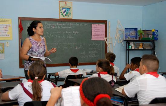 Reconocen a educadores manzanilleros