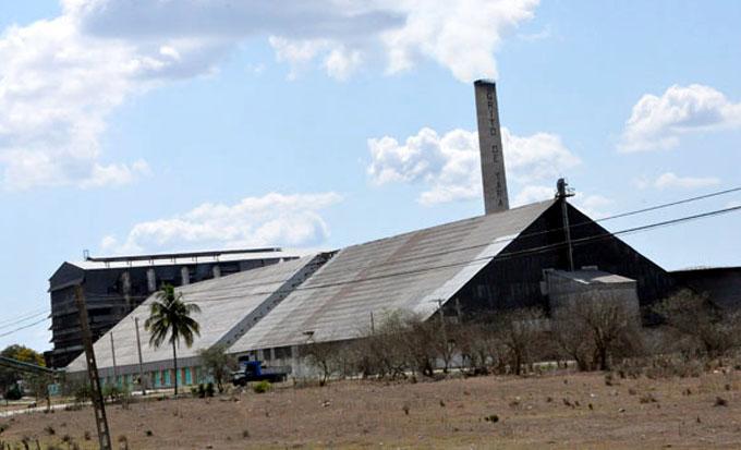 Muelen los cinco centrales azucareros en Granma