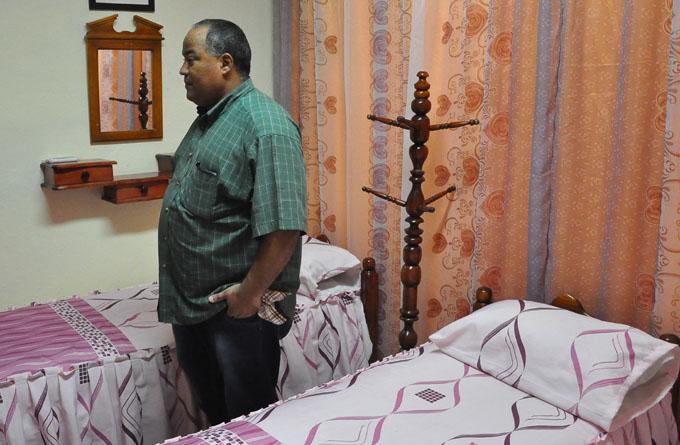 Hernández Hernández supervisa el confort del cuarto destinado al descanso del personal médico en el policlínico Faustino Pérez Hernández / FOTO Rafael Martínez Arias