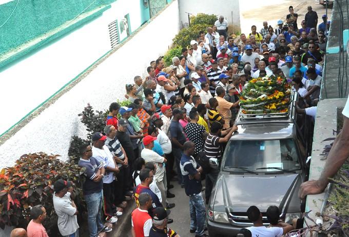 Cientos de admiradores y amistades, junto al movimiento atlético de Granma, dieron hoy el último adiós a Tingo / Foto Rafael Martínez Arias