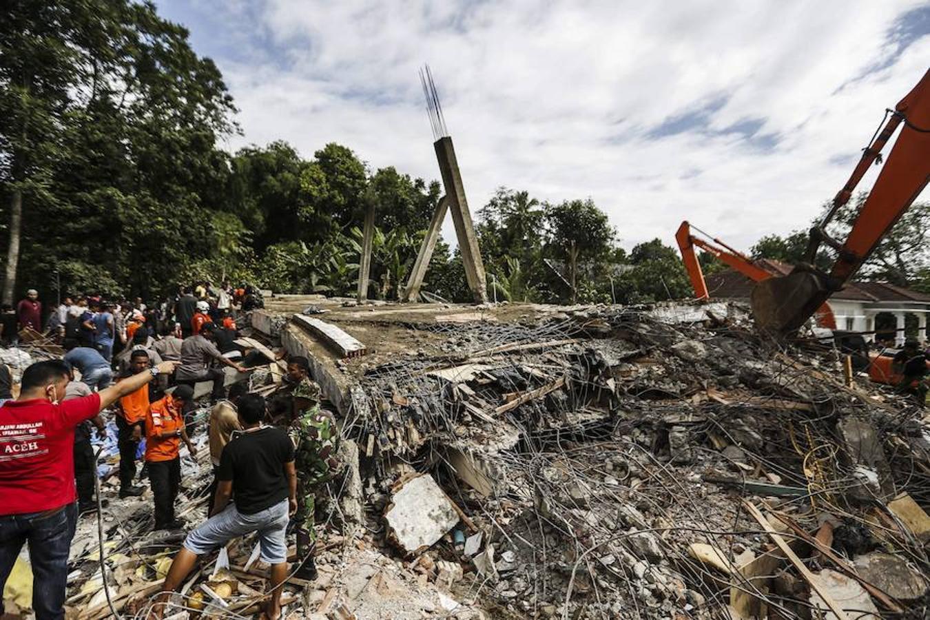 Al menos 97 muertos tras un terremoto de magnitud 6,5 en Indonesia (+ fotos y videos)