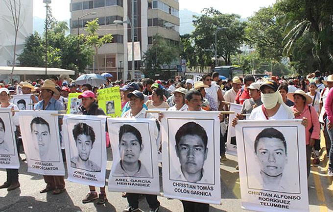 Inician marcha familiares de los 43 desaparecidos de Ayotzinapa