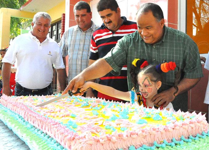Federico Hernández Hernández pica el kake que deja inaugurada la dulcería de Yara / FOTO Rafael Martínez Arias