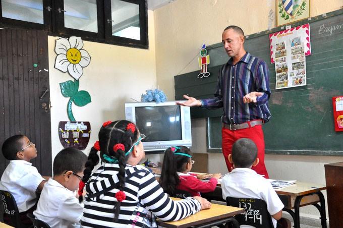 El joven profesor Yulvis Triguero López devuelve a los niños el cariño recibido por él antes en esta institución. FOTO/ Rafael Martínez