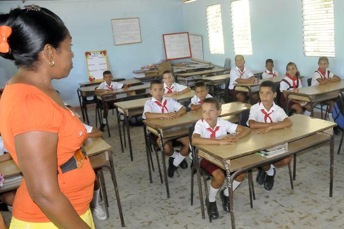 Felicitan combatientes a educadores manzanilleros