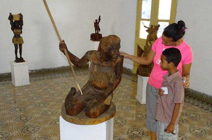 Exhiben muestra de escultor primitivista en Bayamo