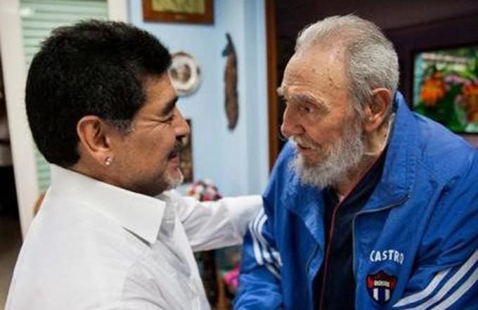 Diego Maradona junto al líder cubano Fidel Castro en La Habana,  2013