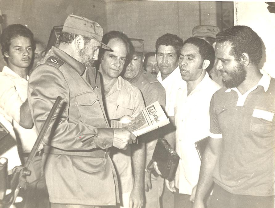 El Comandante en Jefe mira un ejemplar de  La Demajagua; en frente, periodistas y trabajadores gráficosFOTO/Orlando Fombellida Claro