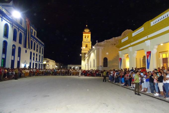 La plaza se vistió de bandera