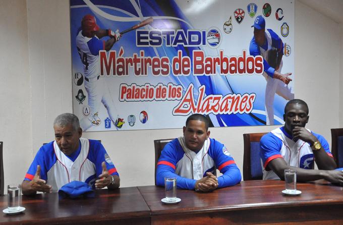 De izquierda a derecha en la conferencia de prensa, Martí Santos, Benítez y Entenza