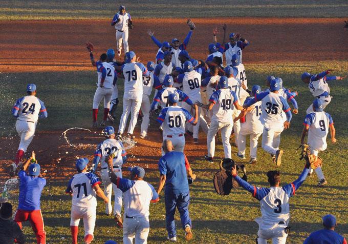 Los Alazanes granmenses asaltan la grama del estadio Mártires de Barbados, cuando aseguraron el título de la pelota cubana / Foto Rafael Martínez Arias